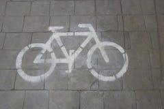 Дорожный знак велосипеда на дороге Стоковая Фотография RF