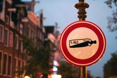 Дорожный знак в городе Стоковые Изображения RF