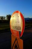 Дорожный знак в росе Стоковые Изображения RF