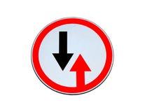 Дорожный знак дает изолированный приоритет Стоковые Фото