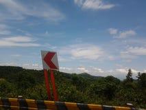 Дорожный знак и красивое небо Стоковые Фотографии RF
