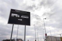 Дорожный знак к онлайн снабжению выполнения Амазонки компании розничного торговца строя 12-ого марта 2017 в Dobroviz, чехии Стоковое Изображение RF