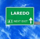 Дорожный знак ЛАРЕДО против ясного голубого неба стоковые фото