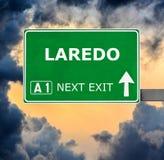 Дорожный знак ЛАРЕДО против ясного голубого неба стоковая фотография rf