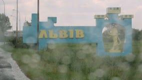 Дорожный знак Львова в входе города через дождь падает окно, тоскующее по дому, ностальгия видеоматериал