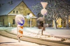 Дорожный знак на улице после пурги с moving фотографией женщины, зимы и ночи Стоковая Фотография RF