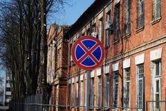 Дорожный знак не не останавливая на предпосылке кирпичного здания стоковые изображения rf