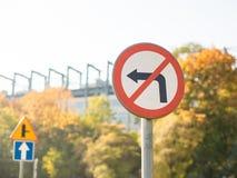 Дорожный знак не поворачивает выведенный, триангулярный дорожный знак показывая право поворота стоковое изображение