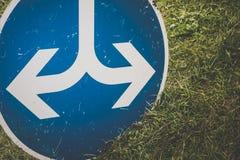 Дорожный знак оба направления стоковое изображение