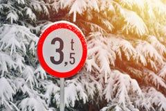 Дорожный знак: ограничение для автомобилей с весом больше чем 3,5t r стоковые фотографии rf