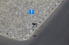 Дорожный знак, один знак уличного движения пути Управляйте прямой стрелкой Стоковые Изображения RF