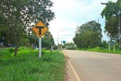 Дорожный знак около дороги асфальта Стоковые Фотографии RF