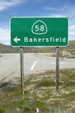 Дорожный знак около Bakersfield Калифорнии указывая для того чтобы направить 58 к Bakersfield Стоковые Фотографии RF