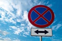 Дорожный знак ОТСУТСТВИЕ ОСТАНАВЛИВАТЬ стоковое фото