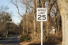 Дорожный знак о ограничении в скорости Стоковая Фотография