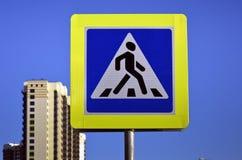Дорожный знак пешеходного перехода в городе Стоковое Фото