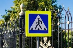 Дорожный знак пешеходного перехода против голубого неба Стоковые Фото