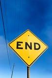 Дорожный знак показывая конец Стоковые Фото