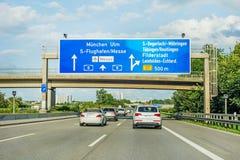Дорожный знак скоростного шоссе на автобане A8, Штутгарте/Мюнхене/Ulm Стоковые Фотографии RF