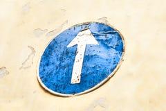 Дорожный знак стрелки на желтой стене Стоковое фото RF