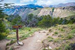 Дорожный знак с именем в горах Shevelev Стоковая Фотография