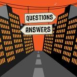 Дорожный знак с противоположными стрелками и вопросами о текста - ответами Стоковые Изображения RF