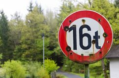 Дорожный знак с пулевыми отверстиями Стоковые Фотографии RF