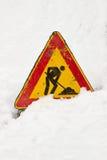 Дорожный знак частично похороненный в снеге стоковые изображения