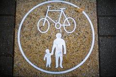 Дорожный знак для семей стоковые изображения