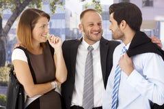 Досадный бизнесмен празднуя с коллегами стоковое фото
