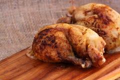 Доска бедренной кости жареного цыпленка прерывая Стоковое Изображение RF