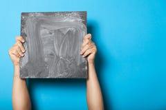 Доска в руках, показывать плаката людей Плакат рекламы, пустой космос для текста стоковое изображение rf