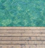 Доска гавани и путь палубы сделанный из древесины с морем бирюзы стоковое изображение rf
