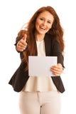 Доска знака Женщина держа большую белую пустую карточку модель способа взволнованности представляя положительную древесину сугроб Стоковая Фотография RF