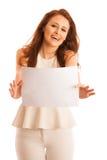 Доска знака Женщина держа большую белую пустую карточку модель способа взволнованности представляя положительную древесину сугроб Стоковая Фотография