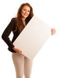 Доска знака Женщина держа большую белую пустую карточку модель способа взволнованности представляя положительную древесину сугроб Стоковые Фото