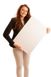 Доска знака Женщина держа большую белую пустую карточку модель способа взволнованности представляя положительную древесину сугроб Стоковое Изображение