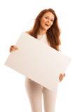Доска знака Женщина держа большую белую пустую карточку модель способа взволнованности представляя положительную древесину сугроб Стоковое Изображение RF