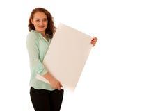 Доска знака Женщина держа большую белую пустую карточку модель способа взволнованности представляя положительную древесину сугроб Стоковые Изображения