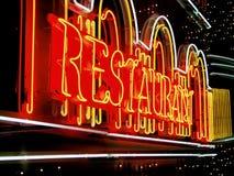 Доска знака неонового света ресторана внешняя на строя фронте на ноче Стоковая Фотография RF