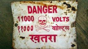 Доска знака опасности с черепом и косточкой Стоковое Изображение