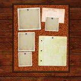 Доска извещении о пробочки на деревянной предпосылке Стоковые Изображения