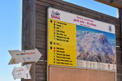 Доска индикатора с зоной горнолыжного склона и маршруты на Cota 2000, Sinaia, Румыния стоковые изображения