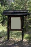 Доска информации в лесе стоковая фотография rf