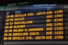 Доска информации отклонений поезда на станции Atocha в Мадриде стоковое изображение