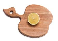 Доска кухни прерывая с куском лимона Стоковое фото RF