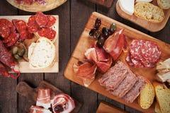 Доска мясной закуски с вылеченными мяс Стоковая Фотография