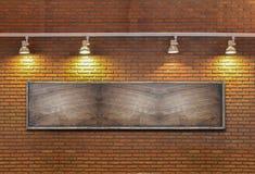 Доска на кирпичной стене с светом. Стоковое фото RF