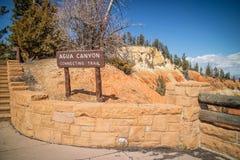 Доска описания для следа в национальном парке каньона Bryce стоковое изображение rf