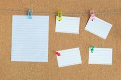 Доска памяти пробочки с пустыми мирами бумаги вися на веревочке со штырем одежд и приколотой на доске, горизонтальной стоковая фотография